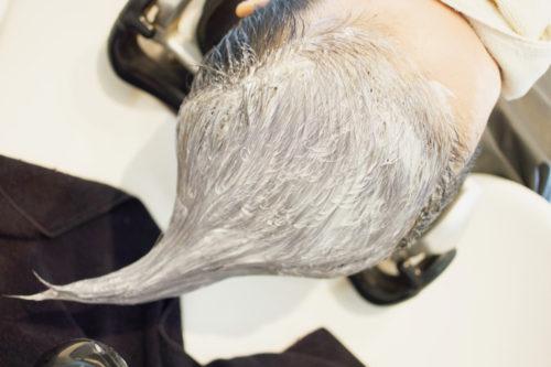 ハイブリーチ、ホワイトブリーチの後にグレーとヴァイオレットを混ぜたヘアカラーで着色